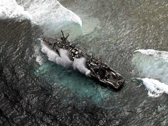 USS Guardian sa itaas ng Tubbataha Reef